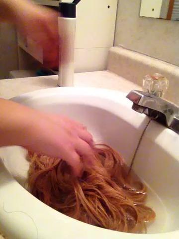 Escurrir el agua sucia y el uso de los mismos movimientos arrugando para exprimir el champú.