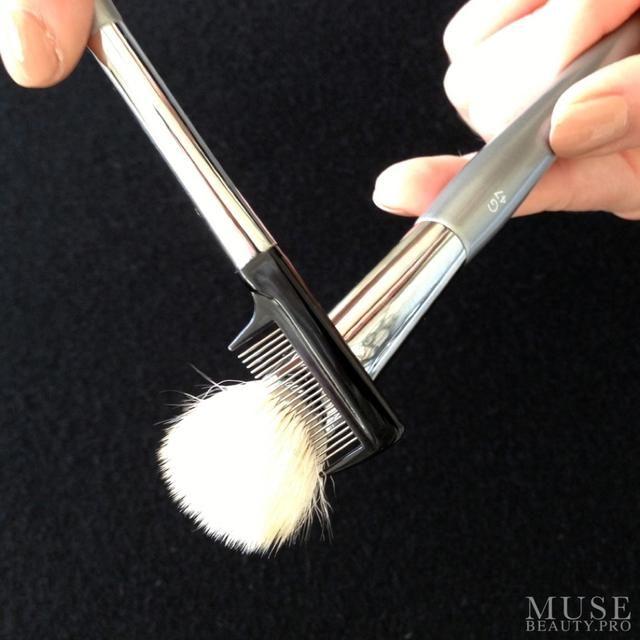 Peinar los pelos del cepillo con la ESUM estilista para quitar cualquier pelo suelto y remodelar.