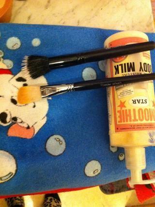 Deja en la toalla, con el cepillo hacia abajo para evitar que el agua se filtre en el handel del cepillo.