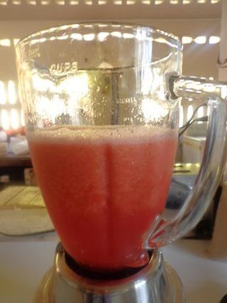 Puré / licuar la sandía en cubos, jarabe de azúcar fresca, amargos, la nuez moscada, el jugo de limón en la licuadora durante 1 minuto.