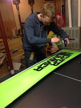 Utilizando el goteo hierro nueva cera en el snowboard.