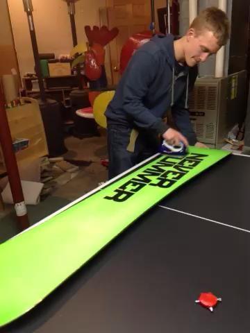 Suavizar toda la cera uniformemente en la parte inferior de la tabla de snowboard.