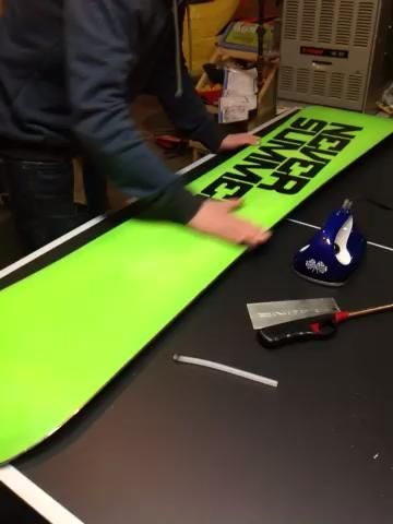Luego añadir suavidad adicional, snowboard suave con almohadilla Scotch-Brite.