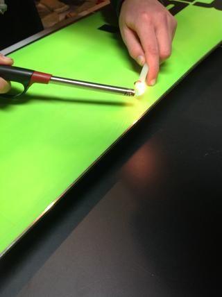 Si usted encuentra un uso cero de la vela P-tex a gotear cera en los arañazos.