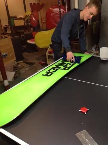 Cuando la tabla de snowboard es agradable y cálida la vieja cera se desprende, raspar la cera vieja.