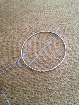 Con el hilo por detrás el aro traerlo sobre el aro y la cadena alrededor del aro entre el lado eather de la rosca.