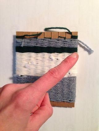 Tejer todo el camino hacia arriba, debe ser difícil para tejer última fila. Cuando haya terminado, final tejido de hilo de nuevo en la bolsa (mételo en).