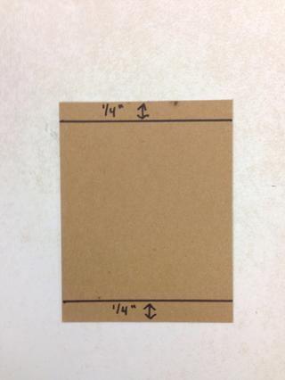 Dibuja una línea en la parte superior e inferior del cartón 1/4