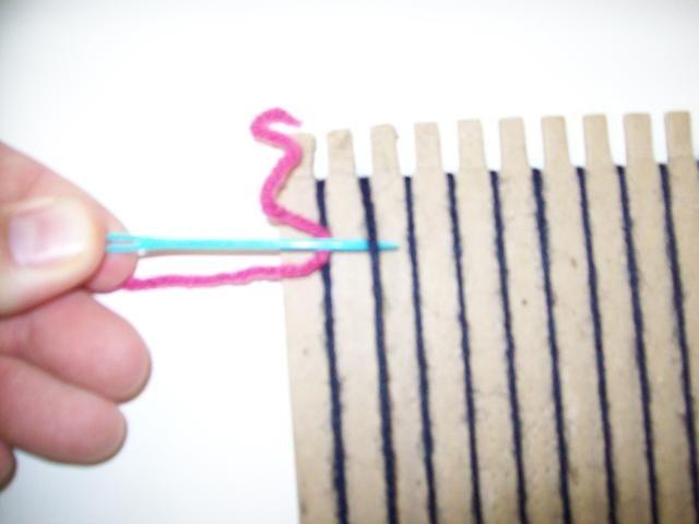 Para empezar a tejer, poner la aguja debajo de la segunda urdimbre.