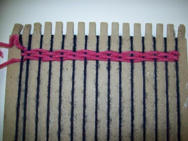 Continúe su OVER / UNDER patrón de un lado a otro a través de la urdimbre. Asegúrese de que usted bate su trama para crear un tejido apretado.