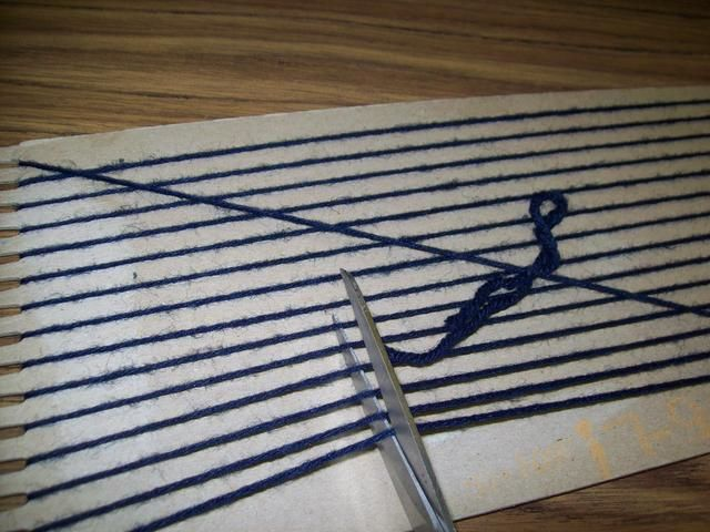 Voltear la telar una y cortar la urdimbre fuera del telar.
