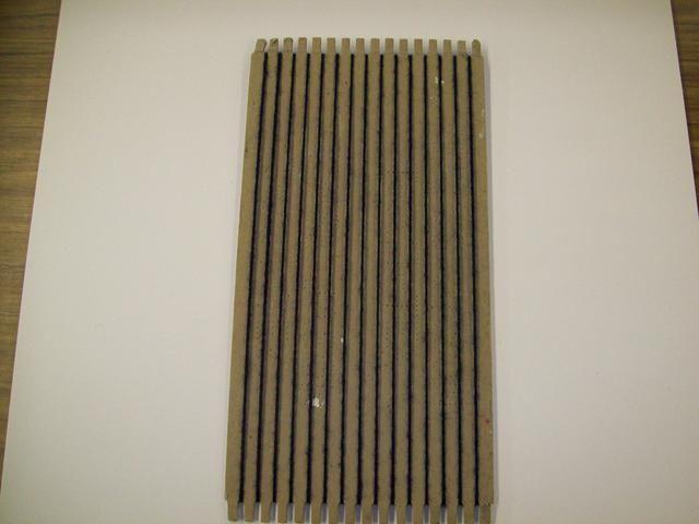 Esta es la parte frontal del telar. Las cuerdas verticales (urdimbre) deben ser ajustados.