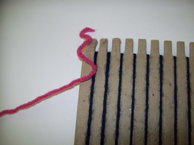 Ate un segundo envergadura de hilo en la parte superior de la cadena primero urdimbre. Esta segunda longitud de hilo se llamará la trama.