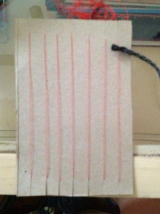 Comience un tejido tabby poniendo el hilo OVER su primera cadena de urdimbre y debajo de tu segunda cadena. Continúe siguiendo el sobre / bajo patrón.