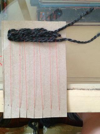 ¡Sigue adelante! Y empujar las cuerdas en la medida de arriba hacia la parte superior de su telar con cada fila tejes.