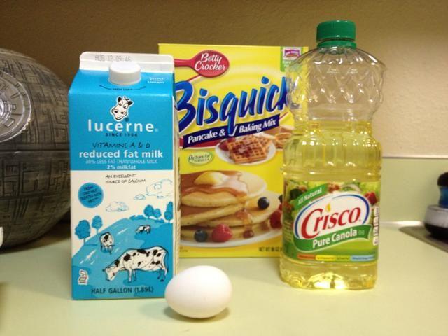 Reúna restantes ingredientes y utensilios y siga las instrucciones de la receta de la galleta en la parte posterior de la caja.