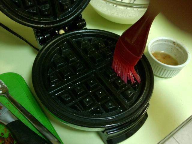 Conecte su plancha de gofres y cepille algo de la grasa de tocino sobrante de la plancha. Hago esto en vez de usar el aerosol antiadherente para más sabor tocino. Mantenga el abierto de hierro mientras se calienta durante un minuto.