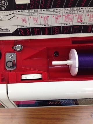 Pu el hilo alrededor de la máquina, como tal.