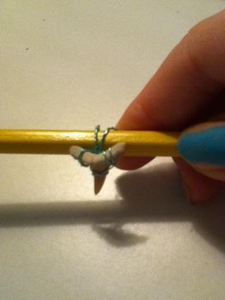 Envuelva alrededor de algo así como un bolígrafo o un lápiz