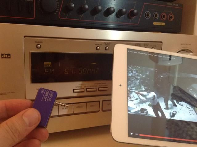 Una vez que la configuración se emparejan. Conecte el transmisor de música AFM para el iPad Mini's audio output.