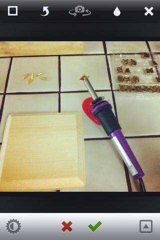 TIP ... El uso de madera prueba muestra cuánta presión se necesita para el tipo de madera que're using. Heat your wood-burning pen for a few minutes to make sure it's nice and hot ensuring a dark impression.