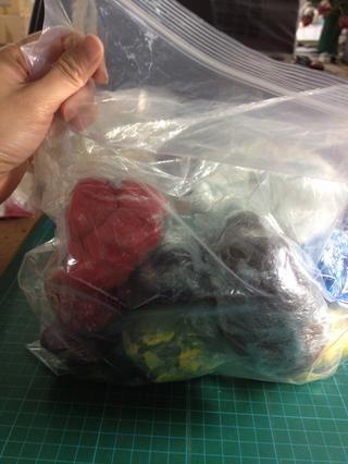 Poner dentro de una bolsa de plástico. Esto podría mantener la arcilla sin utilizar en buen estado durante más de 3 meses.