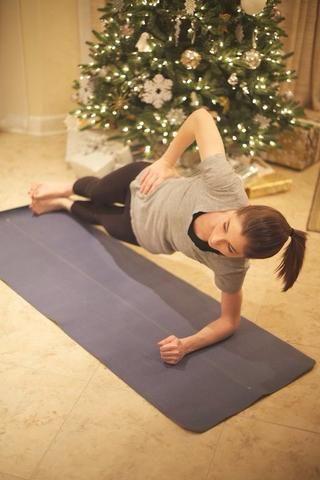 Three Way Plank: Gire su cuerpo al brazo izquierdo. Mantenga las caderas hacia arriba y los pies apilados. Mantenga la posición durante diez segundos antes de girar a la posición de partida