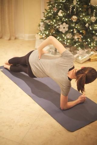 Three Way Plank: Gire inicie tablón al brazo derecho. Mantenga la posición durante diez segundos. Completar diez vueltas completas antes de ir a por el perro, a continuación, iniciar en el lado derecho y hacer diez más.