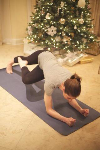 Plank Tucks: Inicio en tablón en antebrazos. Meta pierna bajo y gire hacia el brazo opuesto. Torso debe torcer aquí. Mantenga y luego extender la pierna recta. De diez por cada lado completa