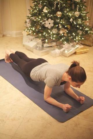 Plank Rolls: Comienza en posición de tabla baja con los dedos doblados y el peso sobre las puntas de los pies.