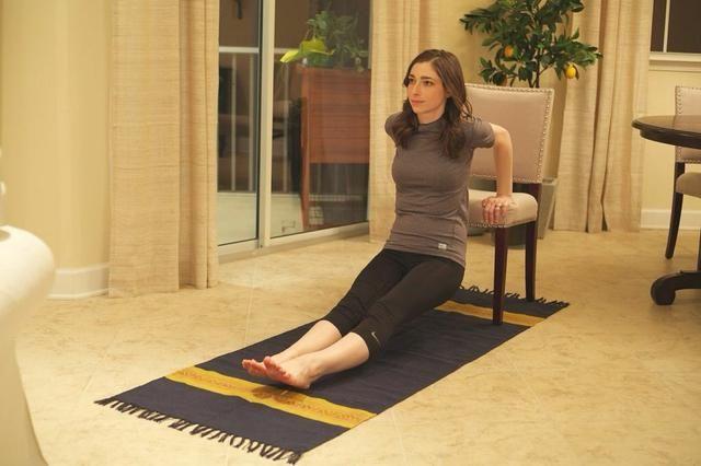 Presidente-Ups: Comience por sentado en el borde de su silla y coloque sus manos en el borde con los dedos cruzados sobre y las piernas fuera. Baje de modo que los codos estén a 90 grados, y luego subir de nuevo hasta