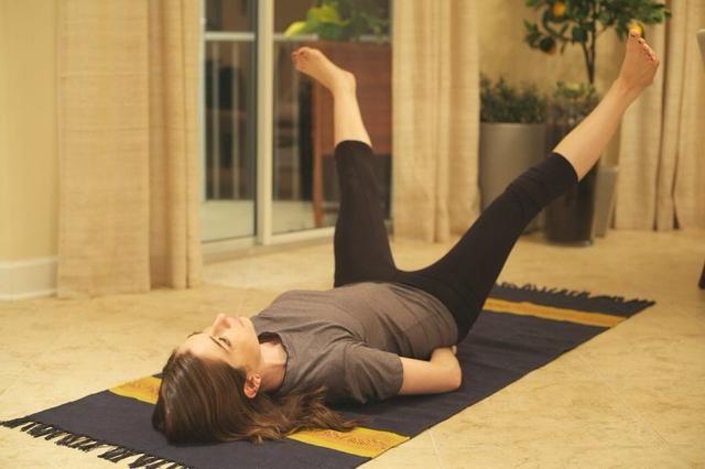 V-Outs: Coloque boca arriba con las piernas a 90 grados o 45 grados (avanzados). Coloca tu mano debajo de su cóccix y comenzar a abrir las piernas para formar una
