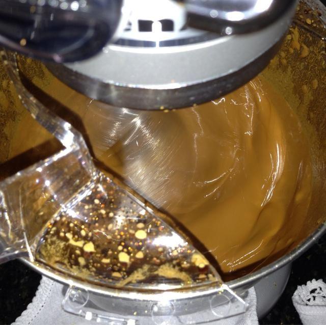 Mezclar durante unos 15-20 minutos a velocidad media. Una vez que alcance una consistencia cremosa puedes configurarlo para alta velocidad (si lo haces antes'll have a lot of spilling.)