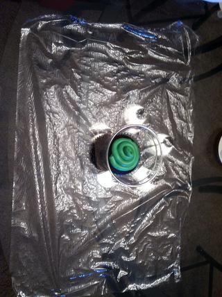 Coloque la taza en el medio de la envoltura de plástico.