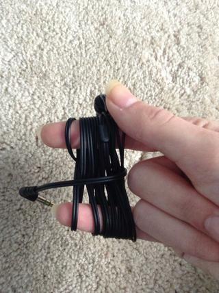 Tome este cordón y se envuelve alrededor de la parte posterior de la agrupación de cuerdas. Continúe hasta se deja alrededor de una pulgada.