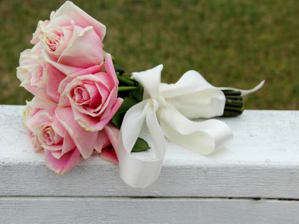 Fotografía - Cómo envolver flores para hacer un ramo de boda