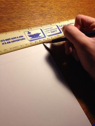 En lápiz tenue, dibujar una línea recta en la parte inferior de sus cartas irán. A continuación, dibuje una segunda línea anterior que, para asegurarse de que son todas de la misma altura.