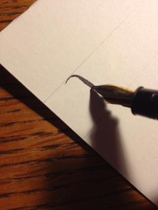 Una vez completado el primer golpe, llevar la punta hasta la mitad del tronco de la madre. Asegúrese de mantener la punta en ángulo en la misma dirección en todo momento, o de sus cartas se verá bultos y desigual.