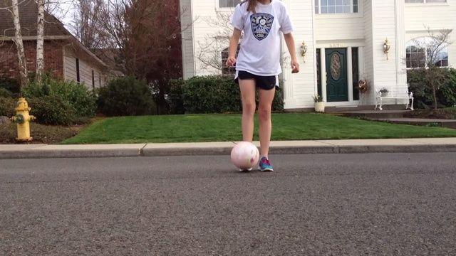 Malabares con el balón de fútbol con el pie dominante hasta que el balón esté a la altura de la cintura.