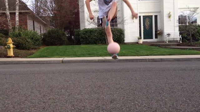Una vez que el balón haya salido de su pie, inmediatamente girar otro pie sobre la bola y otro pie. Luego saltar sobre el pie dominante, golpear la bola.