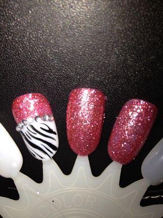 Añadir una capa de acabado, puede utilizar esto como un clavo acento por la pintura del resto de las uñas de color rosa.