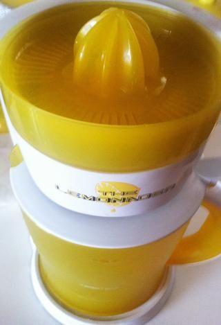 Un exprimidor eléctrico reduce el trabajo de extraer el jugo muchas limas. Puedo usar un exprimidor manual para pequeños limones porque tienen muchas secciones fibrosos.