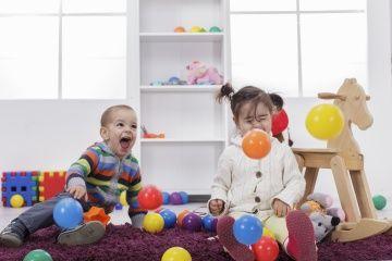 los niños juegan con los juguetes
