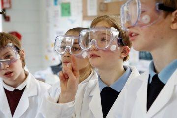 los niños con gafas de seguridad