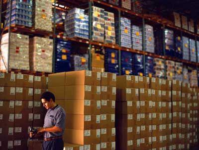 Un empleado de UPS utiliza un escáner