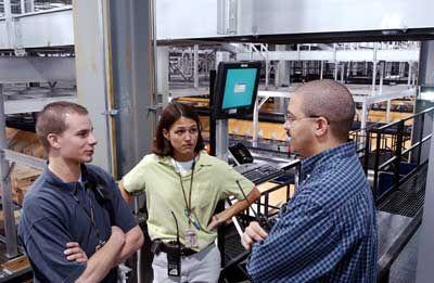 Supervisores discuten operaciones por encima de la pequeña zona de clase en las instalaciones's North Core