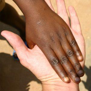Un pequeño deslice su mano sobre la mía, mientras que en un reciente viaje a Ruanda, África.