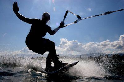 wakeboarder manos arriba