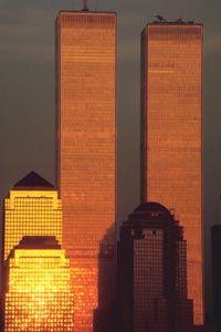 Las paredes exteriores de las torres del World Trade Center, bañados en la luz del sol.