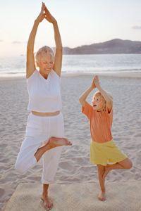 abuela y nieta realizan yoga